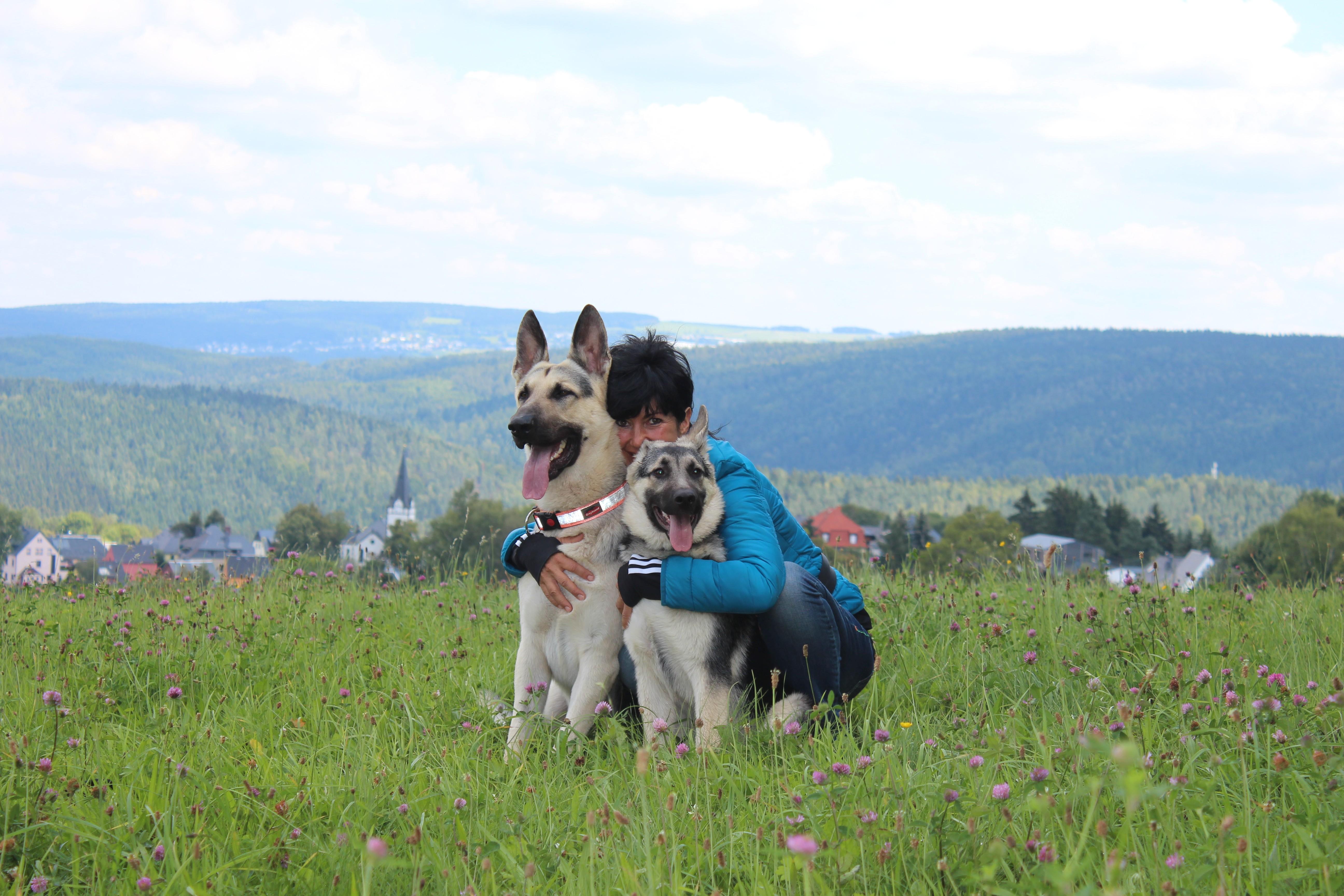 Ines mit ihren Hunden